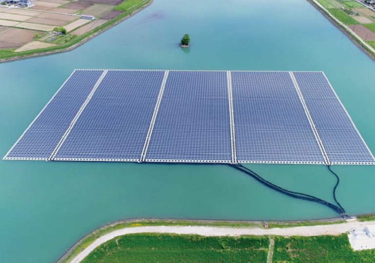Por que os painéis solares flutuantes estão em alta?